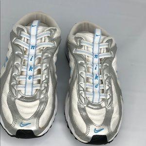 Nike women's tennis shoes slip on US 9